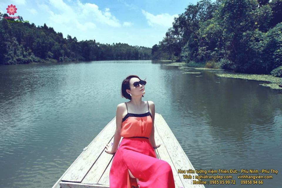 Diễn viên Mai Thu Huyền khoe dáng trên sông nước