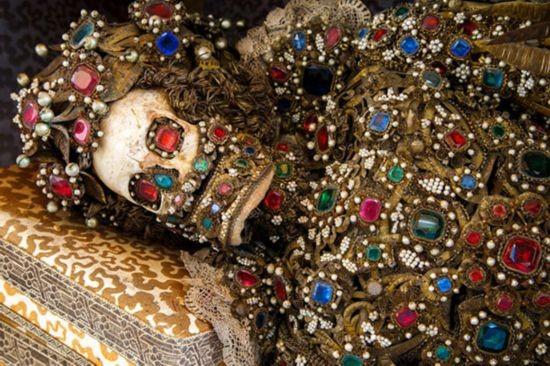 Ngôi mộ cổ với những xác ướp được phủ đầy vàng bạc đá quý ở Rome, Italia