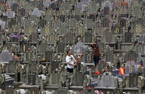 Trung Quốc và vấn đề bức bách khan hiếm đất nghĩa trang.