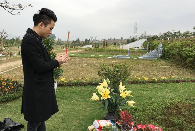 Tùng Dương hát bên mộ Trần Lập